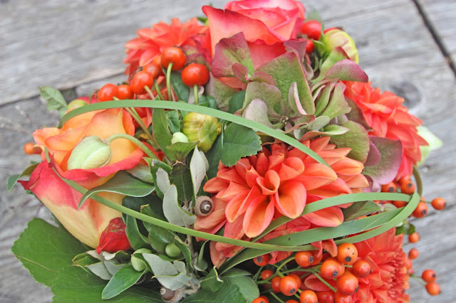 Herbst-Brautstrauß in Orange und Terracotta Dahlien, Rosen, Hortensien und Hagebutten - Autumn bridal bouquet orange terracotta with dahlias