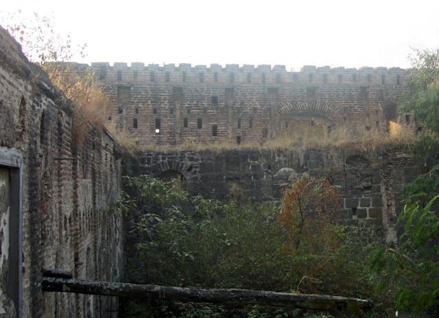 ruins of the Sardar Purandare Wada at Saswad