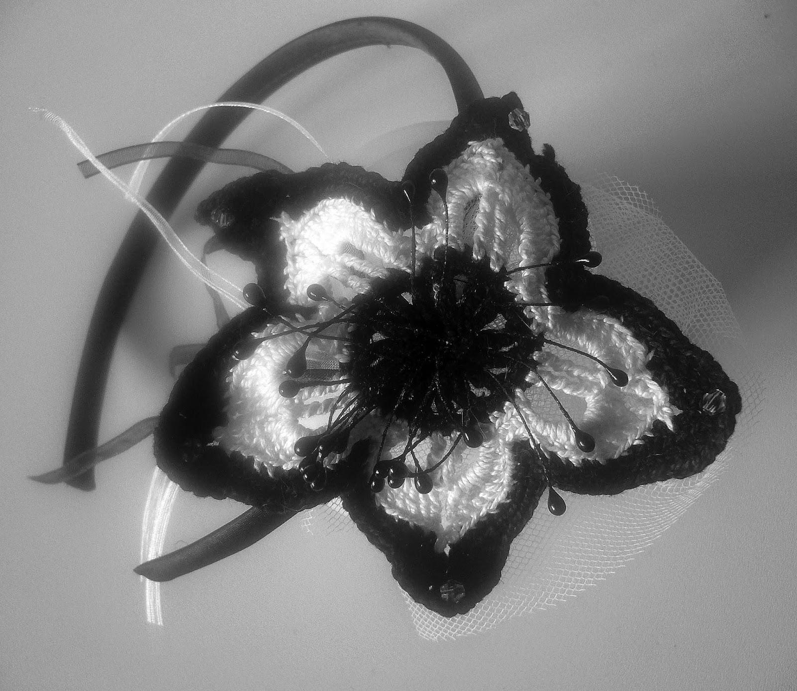 diadema con flor de crochet en blanco y negro