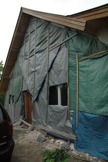 Соломенная стена при ремонте штукатурки.