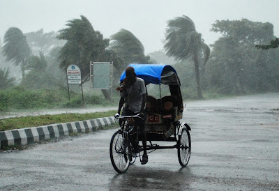 A huge cyclone that has forced as many as 500,000 people to flee their homes has made landfall in eastern India.
