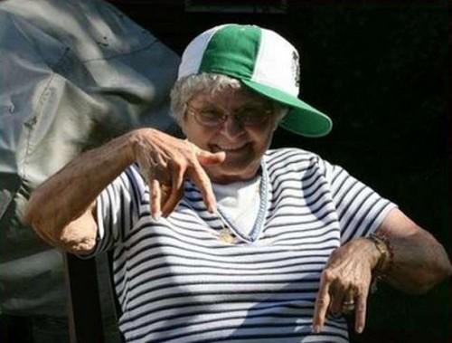 Ảnh cụ bà hài hước tạo dáng nhảy Hip Hop