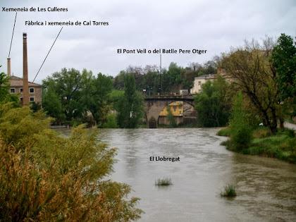 El Pont Vell i la Xemeneia de Les Culleres, aigües avall del Llobregat, des del Pont Nou