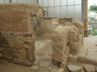 Bild 9: Überdachte Gebäudereste auf dem Ausgrabungsgelände
