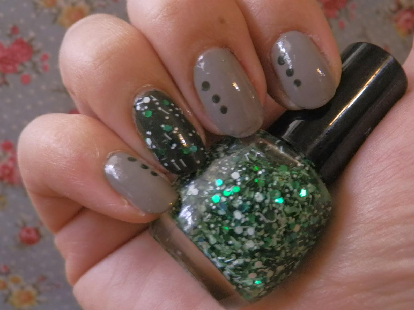 green_glitter _nail_polish