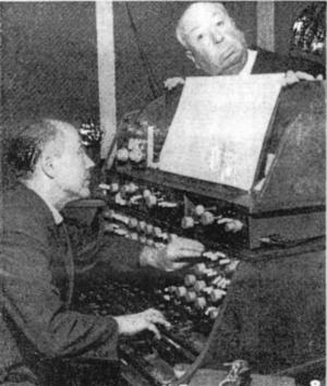 El director británico Alfred Hitchcock y Oskar Sala con el Mixturtrautonium en los estudios berlineses de Mars Film en diciembre de 1961