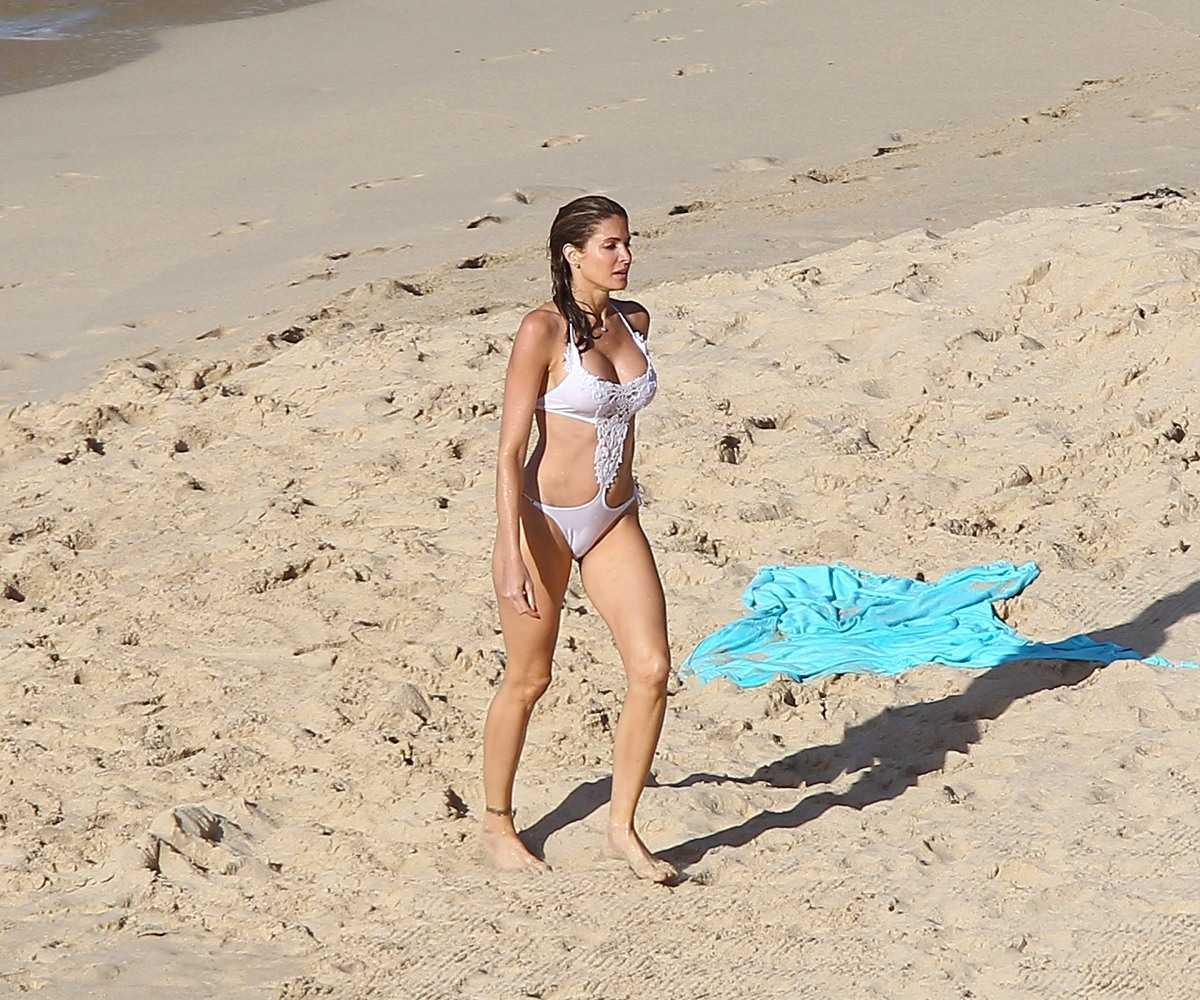 http://2.bp.blogspot.com/-1Nkw3t-m3oU/Tvv7GYnBe_I/AAAAAAAAtK0/6WH91a0FHZs/s1600/Stephanie+Seymour+managed+to+keep+her+bikini+curve+composure+07.jpg