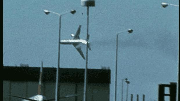 Pesawat tanpa mesin sebelah kiri sebelum jatuh