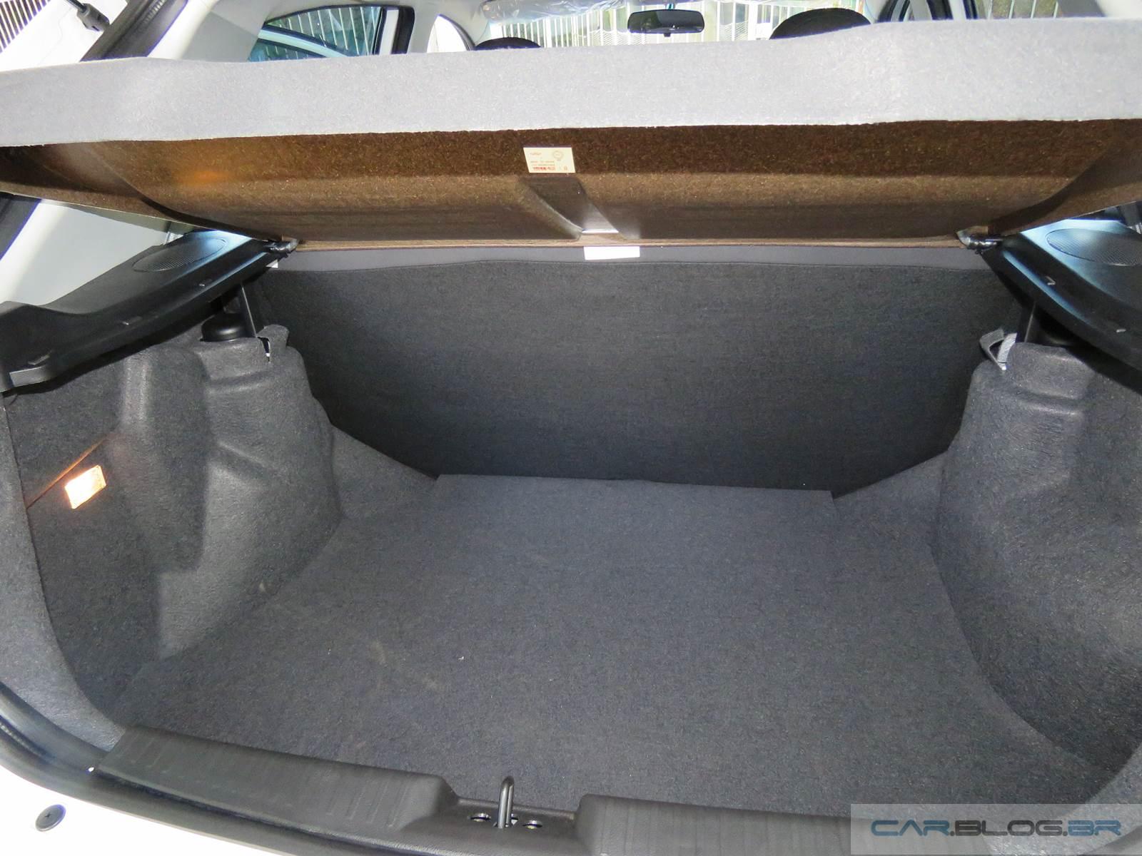Chery Celer 1.5 Flex x VW Gol 2015 - interior - porta-malas