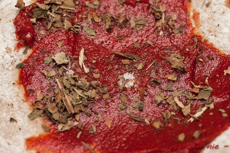 Pizza posmarowana przecierem i posypana ziołami