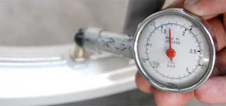 cara mengukur tekanan angin ban mobil