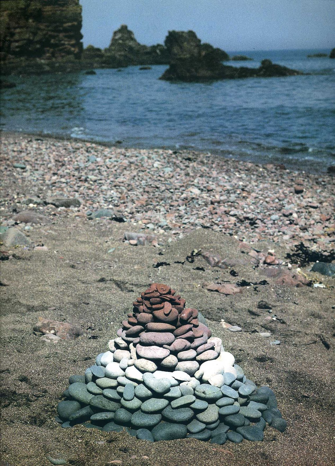 andy goldsworthy is a british sculptor If you're taking a stroll through the english landscapeandy goldsworthy wants to stop you in your tracks he's a british sculptor, photographer and committed environmentalist, and he likes arranging things.
