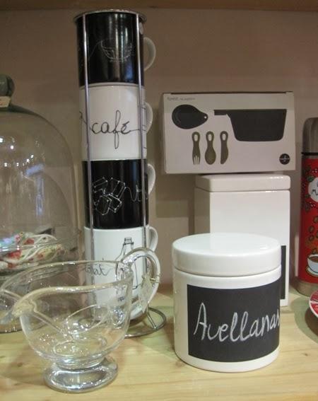 Tazas café. Tarros cerámica con pizarra y salsera.