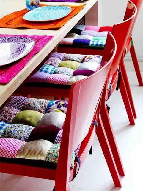 Czerwone krzesła i patchworkowe barwne siedziska