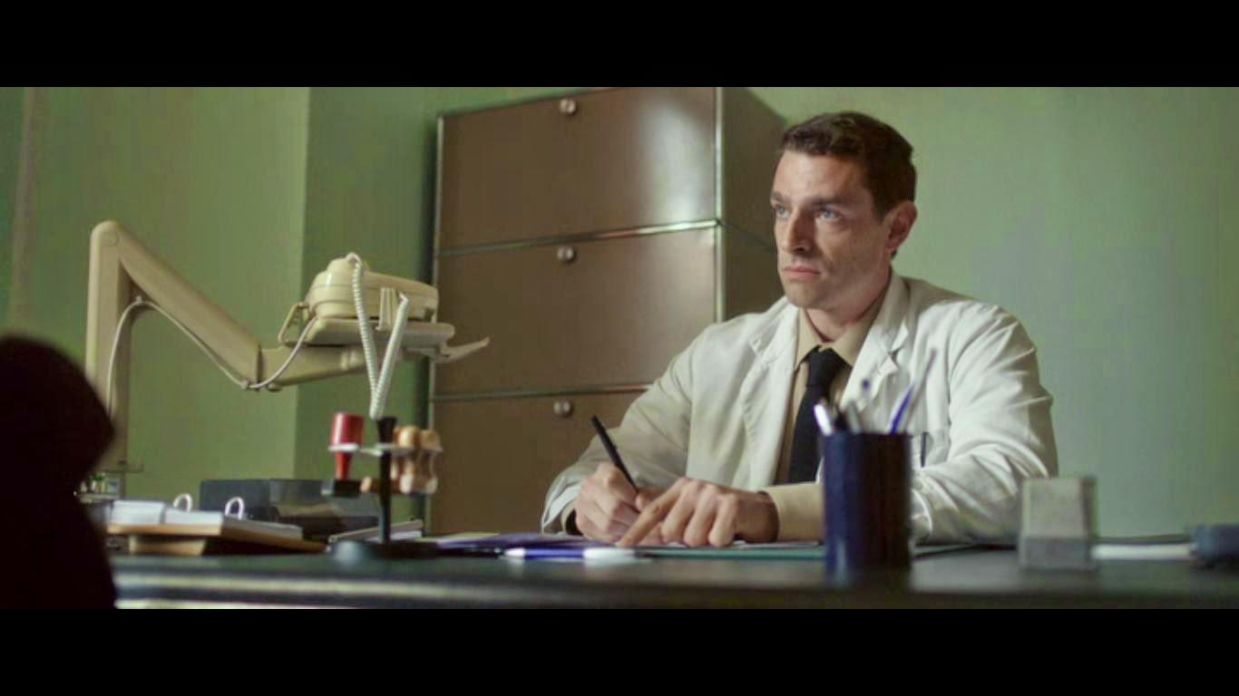 Nicolas Wanczycki en psychiatre, dubitatif face à Guillaume, qui tente d'échapper à tout prix au service militaire (dans Guillaume et les garçons, à table, de Guillaume Gallienne, 2012)
