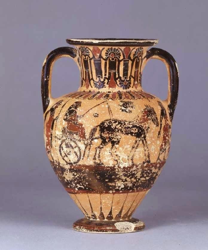 Ο Οιδίποδας και ο Λάιος. Κατωιταλικός της Μ.Ελλάδας χαλκιδικός μελανόμορφος αμφορέας με λαιμό. Αποδίδεται στην Ομάδα του Μέμνονα, περίπου 520 π.Χ. Σύμφωνα με τον d'Hancarville ο επιβάτης του άρματος, το οποίο σέρνουν δύο μουλάρια, είναι ο Οιδίποδας. Η μορφή που προπορεύεται είναι ένας ακόλουθος του Λάιου, ο οποίος, φτάνοντας στο τρίστρατο και μη ξέροντας ποια κατεύθυνση να ακολουθήσει, στρέφεται προς τον Λάιο και εκφράζει την απορία του, όπως φαίνεται από τη στάση των χεριών του. Από την άλλη μεριά του άρματος έρχεται ο Οιδίποδας κρατώντας δόρυ. Λονδίνο, Βρετανικό Μουσείο, 1772,0320.5.+, B17 © Trustees of the British Museum