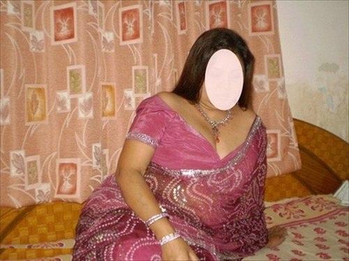 Busty indian Bhabhi hiking saree n showing big boobs indianudesi.com