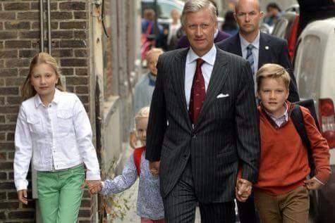 ملك بلجيكا يرافق أبناءه إلى المدرسة...!