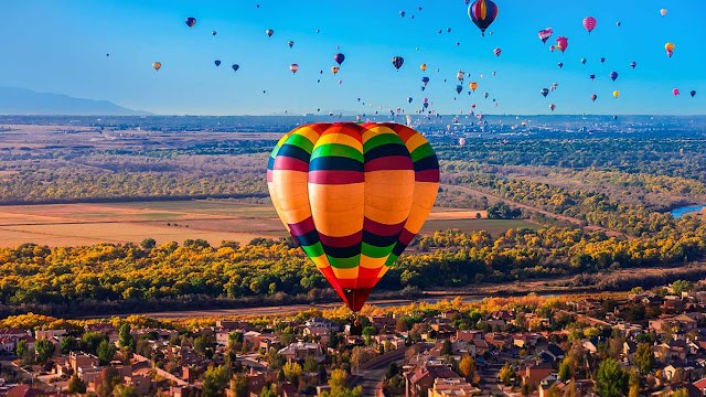 Hot air balloons flying during the Albuquerque International Balloon Fiesta, New Mexico (© Blaine Harrington III/Corbis) 685