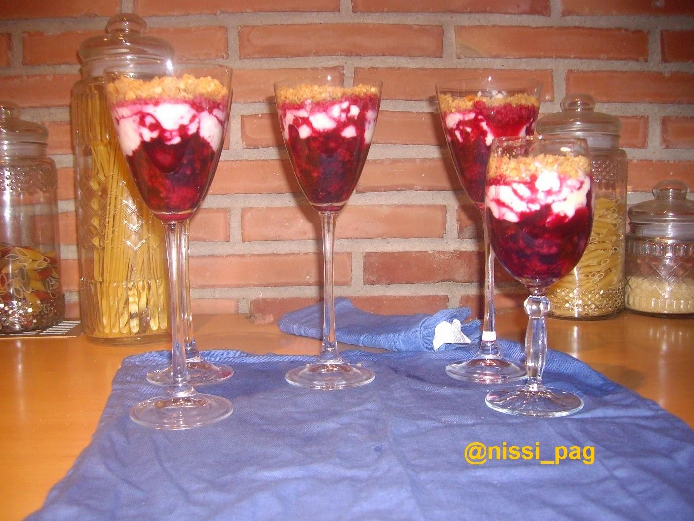 Unes copes de fruits vermells amb formatge fresc a punt de servir