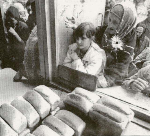Абхазия, Пицунда, декабрь 1992. Очередь за хлебом фото