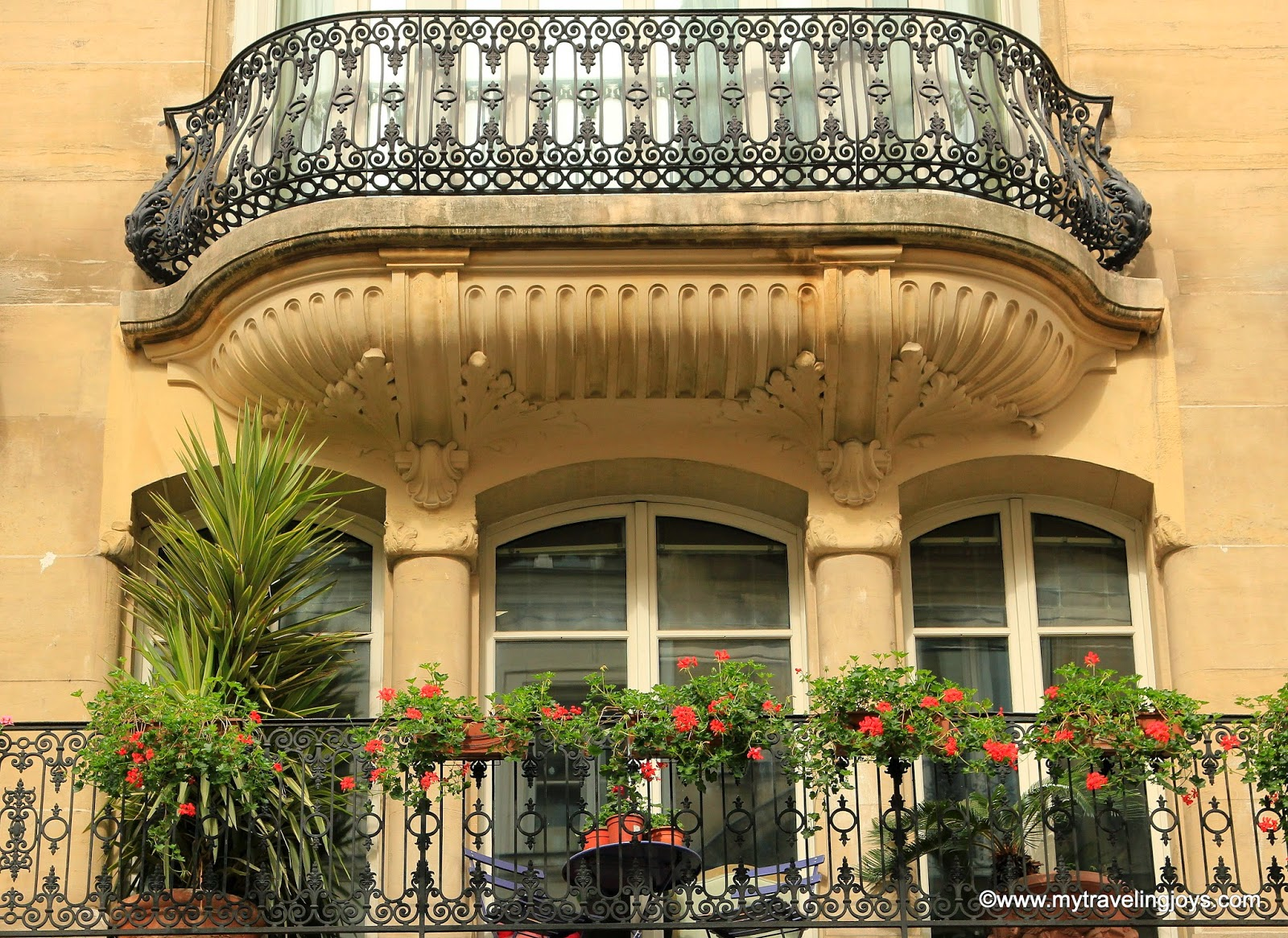 12 fantastic french window boxes in paris photo post my for What is a french balcony