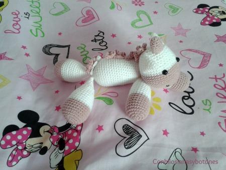 Bebe unicornio rosa Con hilos, lanas y botones