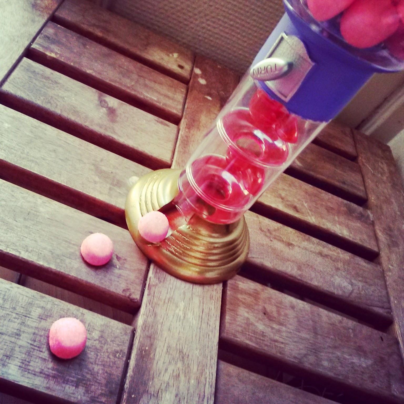 http://mynameisgeorges.blogspot.com/2014/08/le-distributeur-bonbon-relooke.html