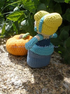 Cenicienta hecha a crochet vista desde atrás