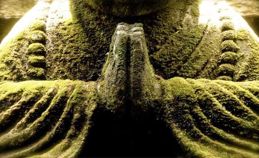 estatua manos rezando