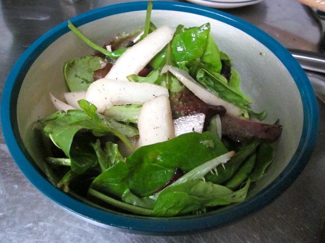 Салат с грушами и козьим сыром