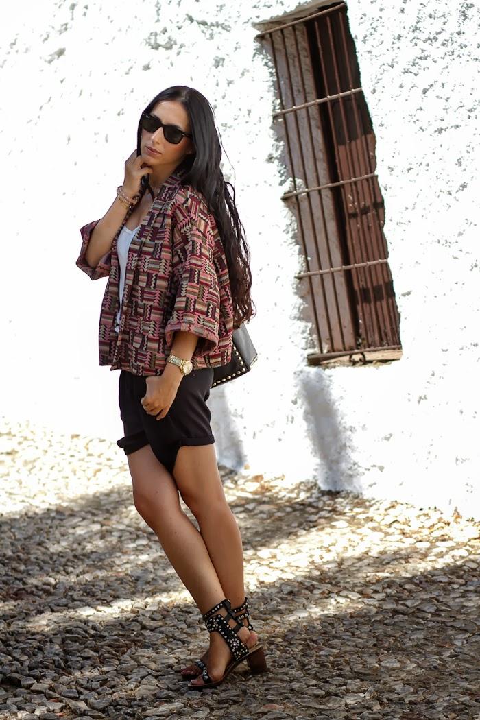 Kimono Étnico de Zara y shorts negros