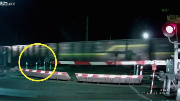 VIDEO - Aplastados por un tren [Imágenes fuertes]