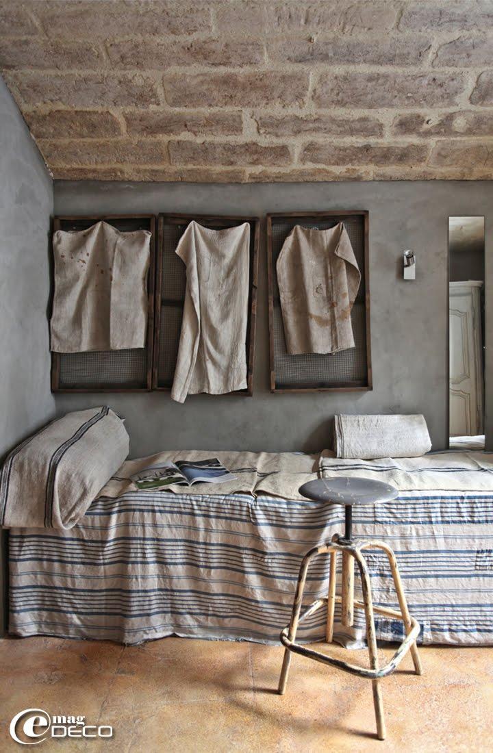 Ancien tabouret à vis et vieilles clayettes à pommes grillagées décorées de sacs à grains rapiécés dans le bureau de l'architecte d'intérieur Chantal Lessieu