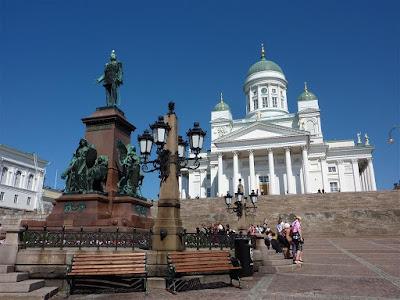 Estatua del Zar Alejandro II y Catedral Luterana