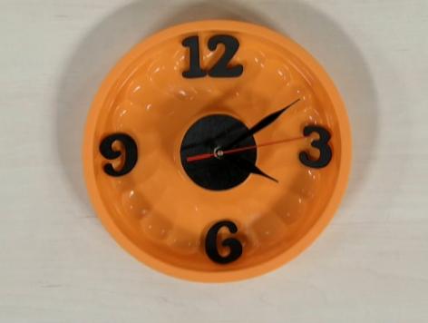 Relógio feito com forma de bolo