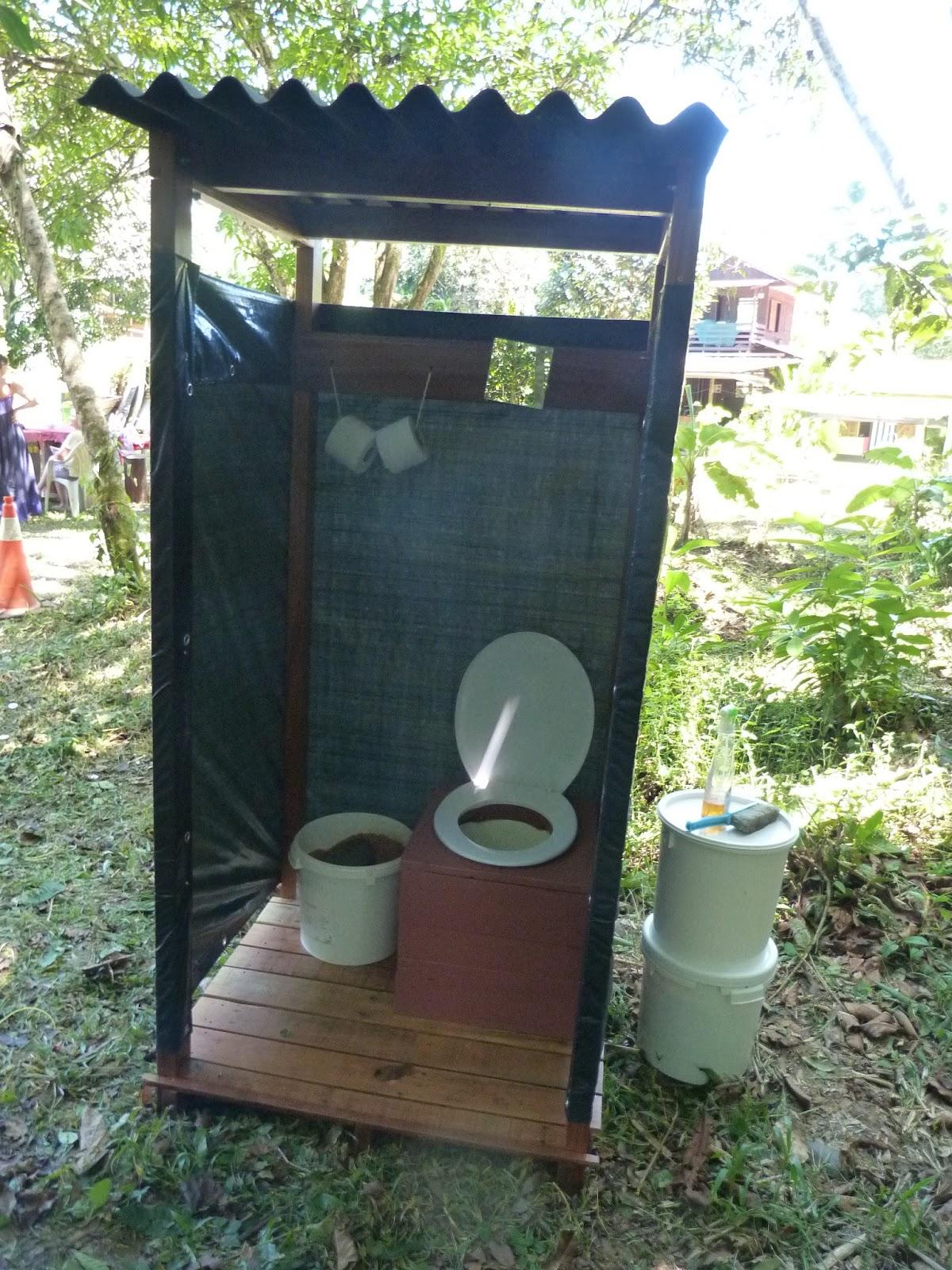 La pince en palette toilettes s ches au salon de l 39 agriculture de guyane 2015 - Plan de toilettes seches ...