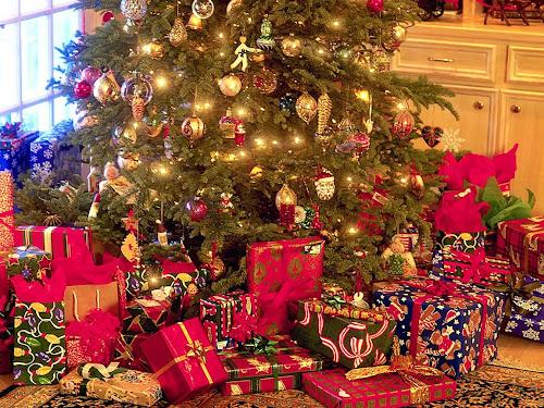 http://2.bp.blogspot.com/-1XBKXrl_EM8/UNkOOS-pl1I/AAAAAAAAZN0/0m-R_502DHE/s500/christmas_tree_and_presents.jpg