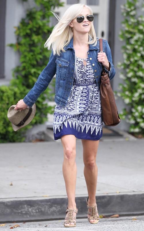 Reese Witherspoon Menggunakan Batik
