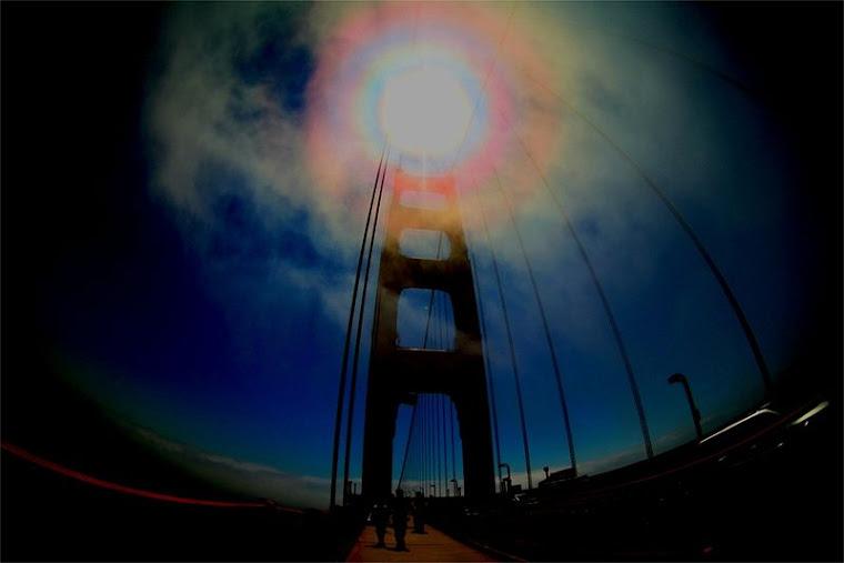 Slonce nad slynnym mostem Golden Gate w San Francisco