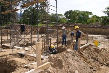 Aspecto general de los obreros trabajando en los espacios donde se edifica la Escuela de Medios. Foto: RDF.