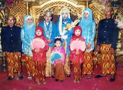 Sebelah kiri adalah orang tua saya (Alm) Sudjud dan (Almh) Siti Rochayah. Sebelah kanan adalah orang tua istri.  Foto Dokumentasi Keluarga