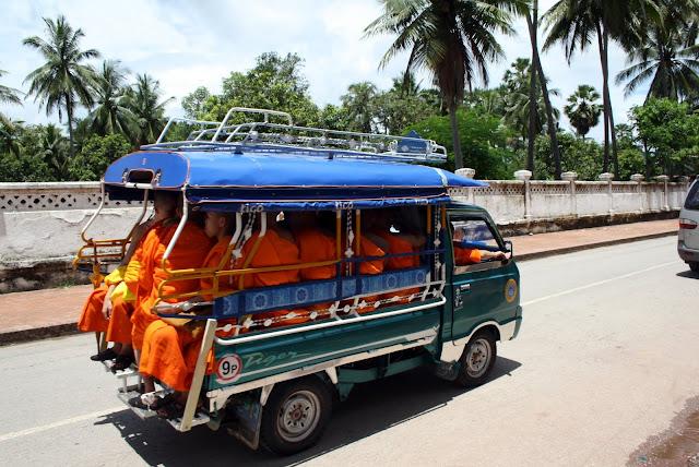 transporte de monjes en Laos