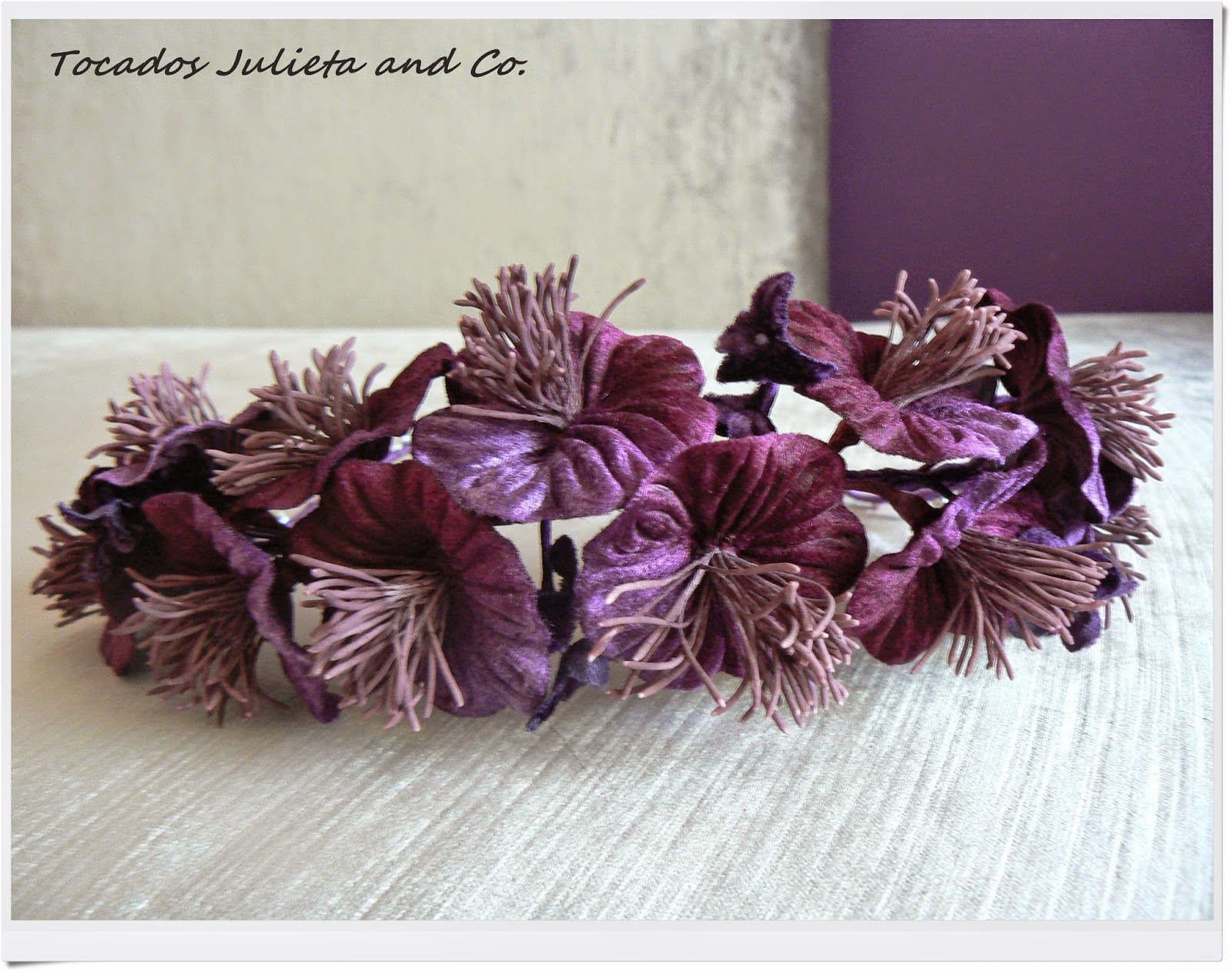 corona de flores morada