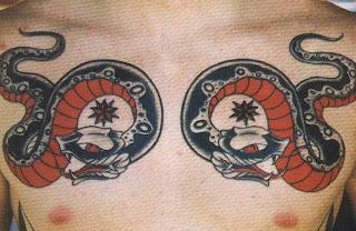 Tatuagem de cobra no peito