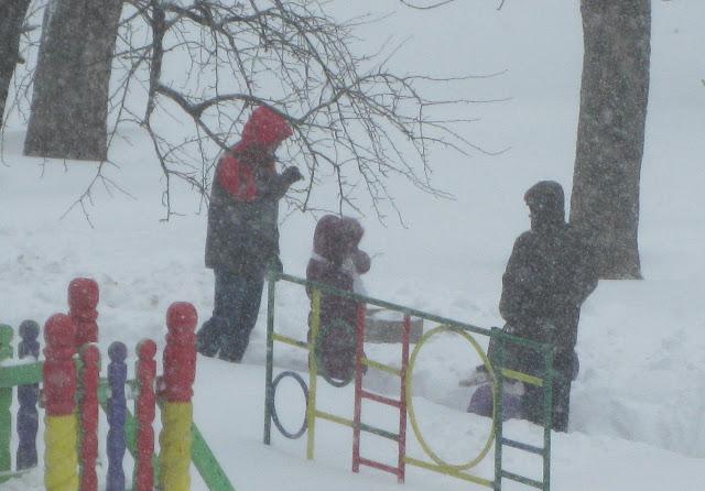 Фото Виталия Бабенко: детская площадка в снегу