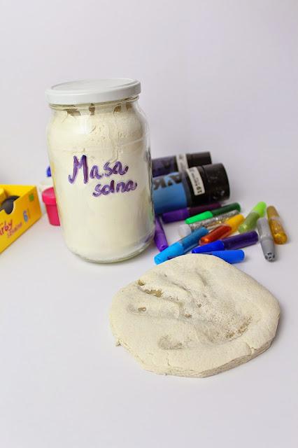 Odcisk dłoni dziecka w masie solnej