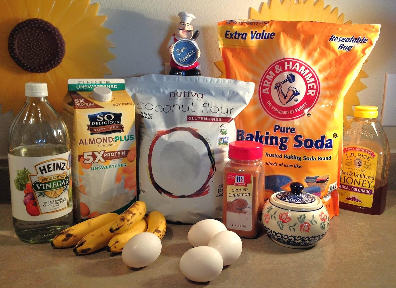 Сегодня испробовала в рецепте для бананового кекса кокосовую муку. Получился очень интересный и вкусный десерт. А самое главное, что полезный и для фигуры не опасный!Для нас, девочек, очень актуальная тема.  Кокосовая мука имеет преимущества перед мукой пшеничной по содержанию в ней белка, клетчатки и железа. Если сравнивать одинаковые объёмы той и другой, то клетчатки в ней раз в десять больше, чем в муке пшеничной. В 100 г кокосовой муки содержится 39 г клетчатки, в то время как в цельнозерновой пшеничной 11 г, а в белой