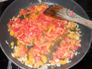 Hacer la salsa de tomate.