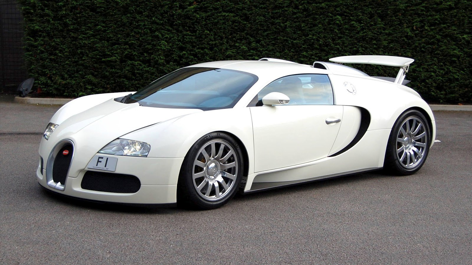 newsational bugatti veyron 16 4 world 39 s fastest and a super car. Black Bedroom Furniture Sets. Home Design Ideas